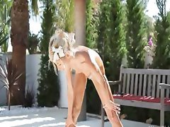 Super flexi skinny chick peeing outdoors