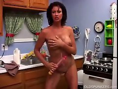 Luscious Mum Vanessa Videl loves to get dripping and dirty with milk